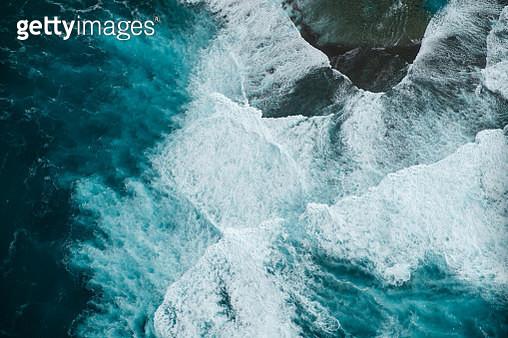 Aerial view of waves coming to shore on Kauai, Hawaii, USA - gettyimageskorea