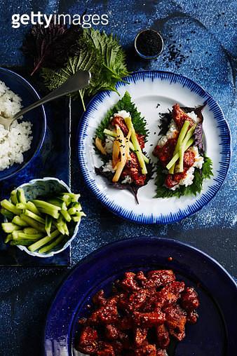 Mariniertes Fleisch im Sesamblatt (Bulgogi), Marinated meat in sesame leaf (Bulgogi) - gettyimageskorea