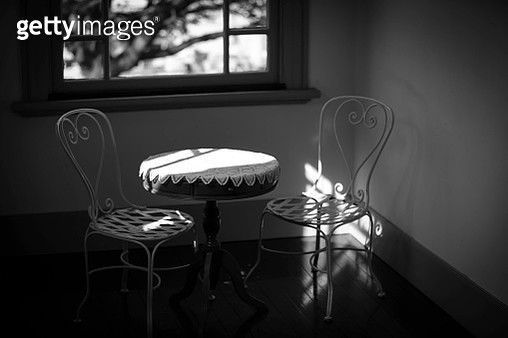 Empty Chairs With Table Arranged Against Window In Room - gettyimageskorea