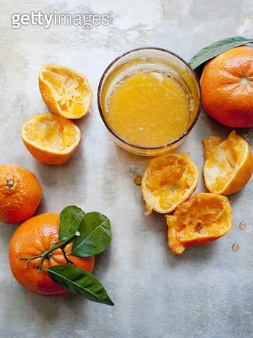 Still life of freshly squeezed orange fruits and orange juice - gettyimageskorea