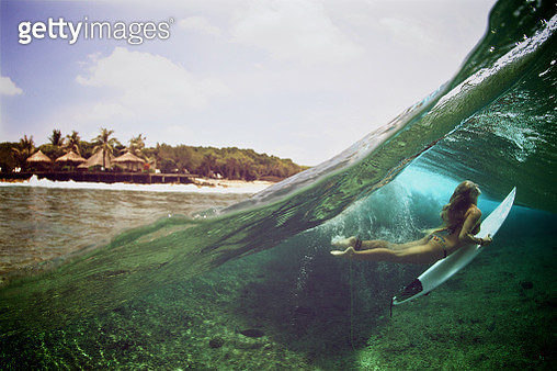 Over under duck dive photo of a surfer girl - gettyimageskorea