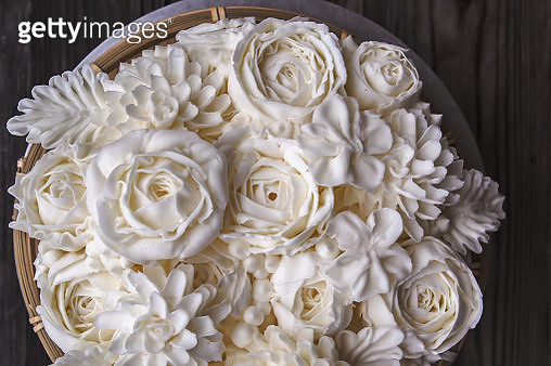 High Angle View Of White Frosting On Cake - gettyimageskorea