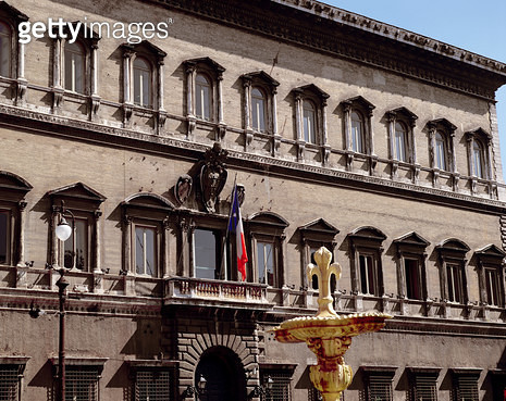 <b>Title</b> : View of the facade, design begun by Antonio da Sangallo the Younger (1483-1546) and continued by Michelangelo (1475-1564) Giacom<br><b>Medium</b> : photo<br><b>Location</b> : Palazzo Farnese, Rome, Italy<br> - gettyimageskorea