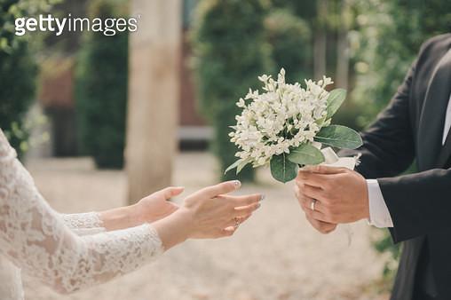 부케를건네주는신랑,부부,결혼,웨딩 - gettyimageskorea