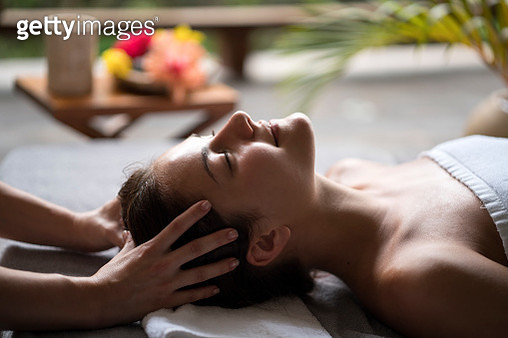 Relaxed woman enjoying in a head massage at the spa. - gettyimageskorea