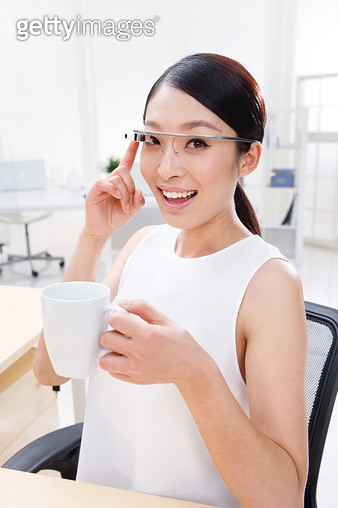 Young business women Google glasses - gettyimageskorea
