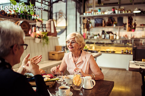 Close up of two senior friends having brunch in a local restaurant - gettyimageskorea