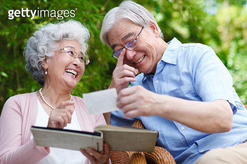 Take photos in the elderly couple - gettyimageskorea