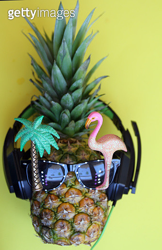 Fashion pineapple with sunglasses and headphones - gettyimageskorea
