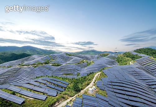 晴天山頂的太陽能電站鳥瞰圖 - gettyimageskorea