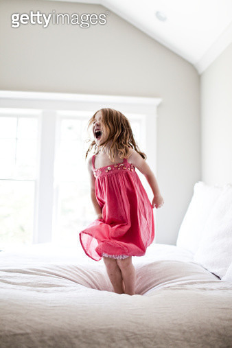daughter jumping and screaming on bed - gettyimageskorea