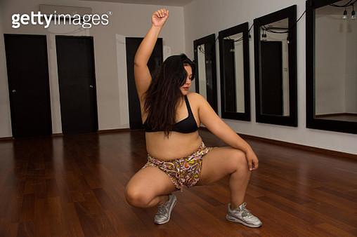 Dancehall instructor at a studio. - gettyimageskorea