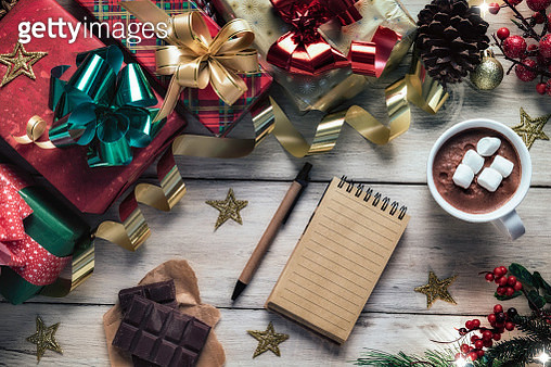 Christmas table setup with homemade chocolate mug with marshmallows and a note book with copy space on white rustic table - gettyimageskorea