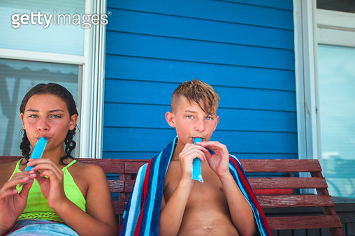 boy and girl eating ice pops - gettyimageskorea