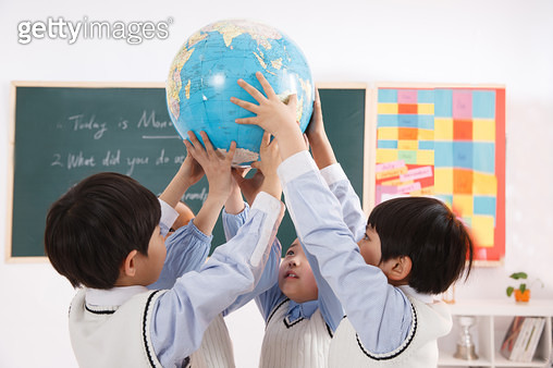 Elementary school students in the classroom on the earth - gettyimageskorea