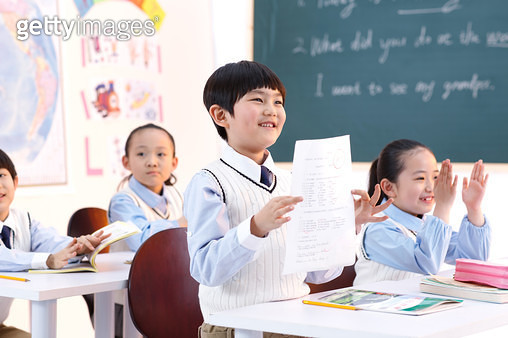 Elementary school students in the classroom demonstration examination paper - gettyimageskorea