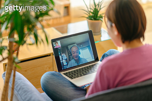 Young woman talking with her family via conference call on laptop while staying at home because of coronavirus - gettyimageskorea