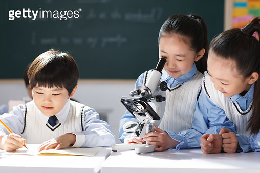Elementary school students in the classroom with a microscope - gettyimageskorea