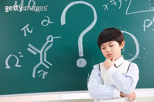 Elementary school students stand in front of the blackboard - gettyimageskorea
