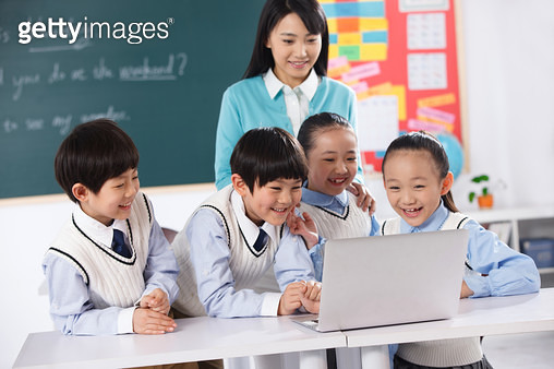 Teachers and students use computers in the classroom - gettyimageskorea