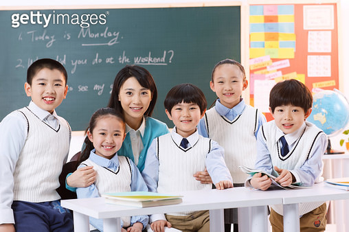 Elementary school students and teachers in the classroom - gettyimageskorea