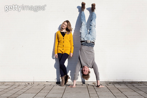 Germany, Bavaria, Munich, Young couple against wall, smiling - gettyimageskorea
