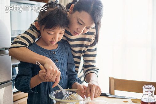 Girl is to challenge the cookie making with mother,Girl of 7 years old,Japanese family,Japan - gettyimageskorea