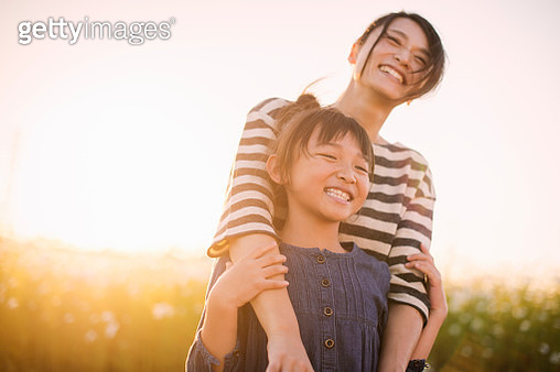 Mother anddaughterare in thecosmos field - gettyimageskorea