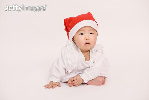 산타 모자를 쓴 여자 아기 - gettyimageskorea