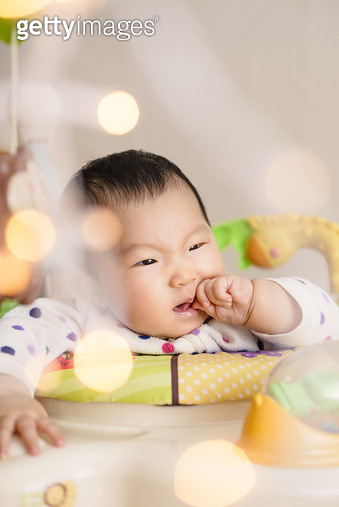 아기와 빛망울 - gettyimageskorea