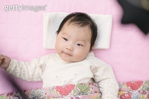 누워있는 아기 - gettyimageskorea