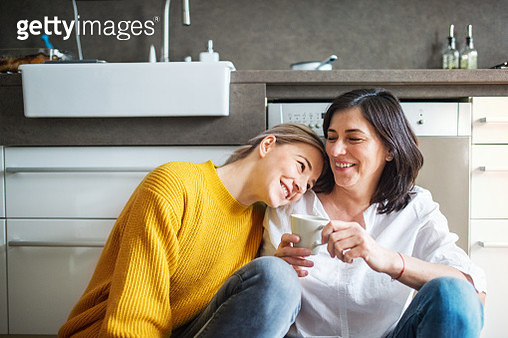 Happy senior woman with and adult daughter in the kitchen. - gettyimageskorea