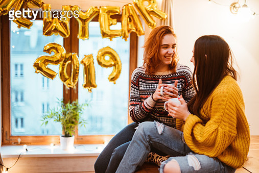 happiness friends at home for the new year's eve - gettyimageskorea