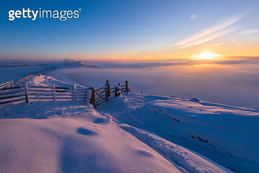 Mam Tor winter sunrise with snow and ice in minus 10 conditions, Castleton, Peak District. UK - gettyimageskorea