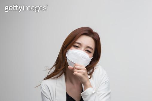 마스크를 하고있는 여성 - gettyimageskorea