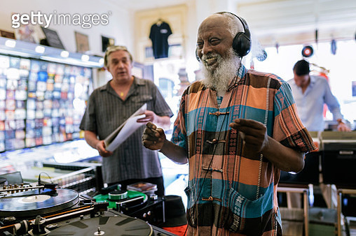 Elderly Black man with Headphones - gettyimageskorea