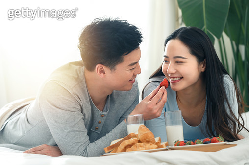 Young man for his girlfriend for breakfast - gettyimageskorea