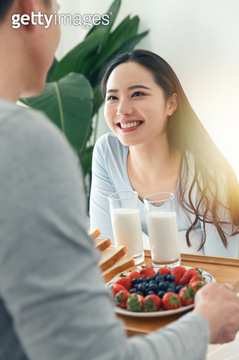 The young man to bring his girlfriend for breakfast - gettyimageskorea