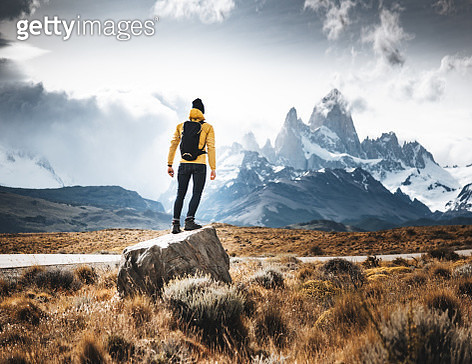 man resting on the rock in el chalten - gettyimageskorea
