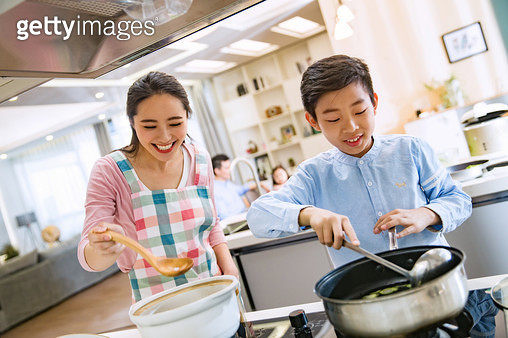 A young mother and son in the kitchen - gettyimageskorea