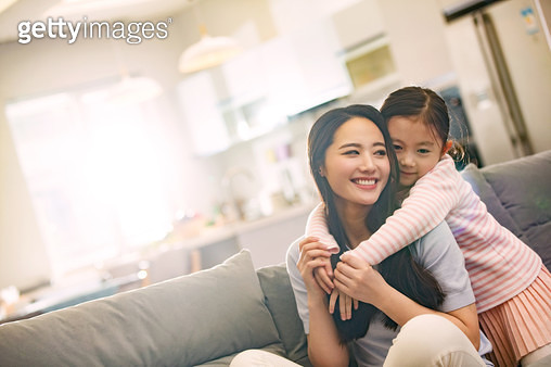 The mother and the girl in the living room - gettyimageskorea