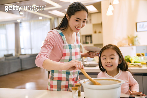 The young mother and her daughter in the kitchen - gettyimageskorea