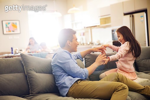 The father and the girls in the living room - gettyimageskorea