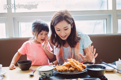Pretty young mom & lovely little girl looking at the tempura set with exclamation face in the Japanese restaurant - gettyimageskorea