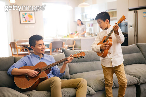 Father and his son in playing the guitar - gettyimageskorea