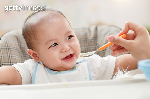 Mother to feed the baby - gettyimageskorea