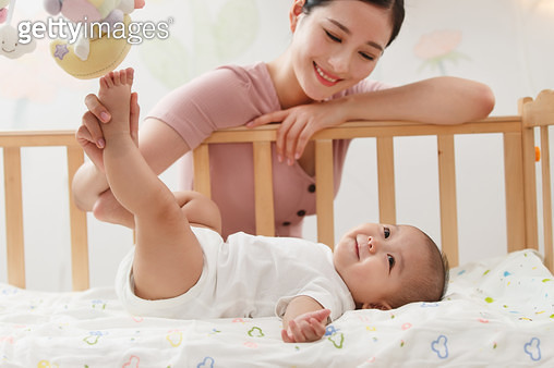 Mother to accompany baby to play - gettyimageskorea