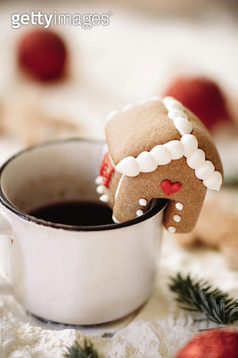 A mini gingerbread house on the side of a cup. - gettyimageskorea