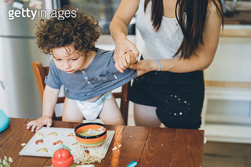 Mother make the mess after toddler lunch - gettyimageskorea
