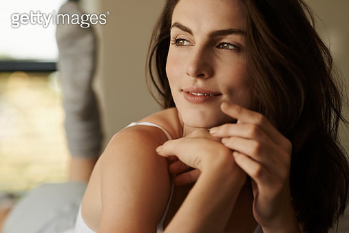 Shot of a beautiful young woman relaxing on the bed in the morning at home - gettyimageskorea